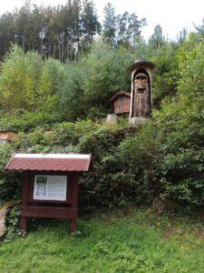 Umgeben von Bienen und waisen Waldwesen